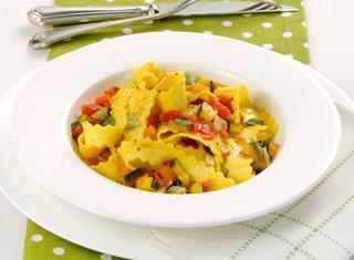 Pasta fresca con peperoni e zucchine