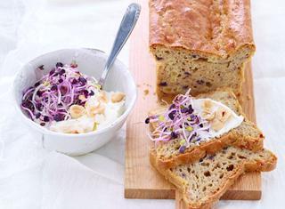Pane integrale con formaggio e germogli