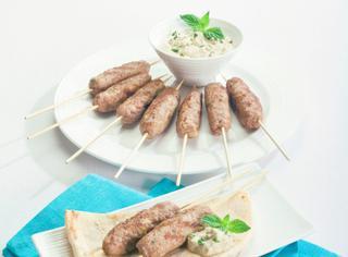 Souvlaki con salsa allo yogurt greco