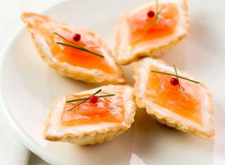 Tartellette di pasta brisée al salmone