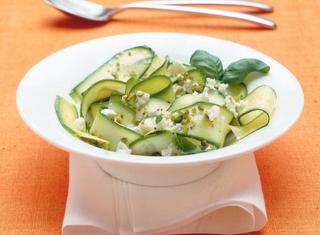 Insalatona light con zucchine e feta
