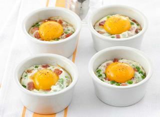Uova alla cocotte con piselli e bacon