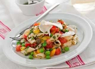 Insalata di pasta fredda con verdure e formaggio