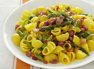 Pasta alla carbonara con asparagi e zafferano
