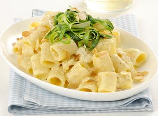 Pasta con uova, zucchine e formaggio spalmabile