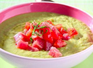 Zuppa di fave, piselli, asparagi e tonno