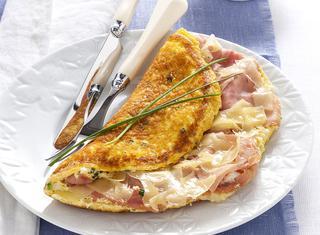 Omelette ripiena con formaggio e prosciutto