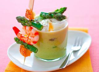 Crema di asparagi verdi con spiedini di gamberi