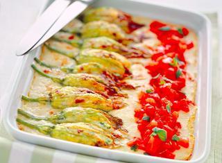 Fiori di zucchina al forno con pomodori e besciamella