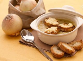 Come preparare la zuppa di cipolle gratinata