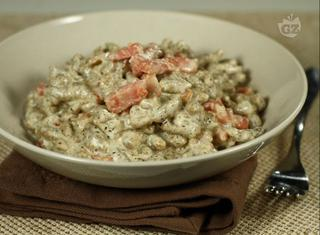 Spatzle di grano saraceno con panna e pancetta