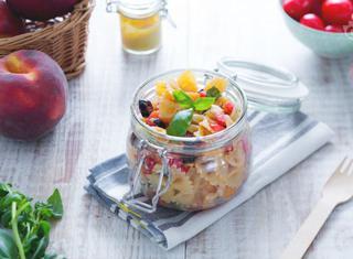 Come fare un'insalata di pasta con le pesche