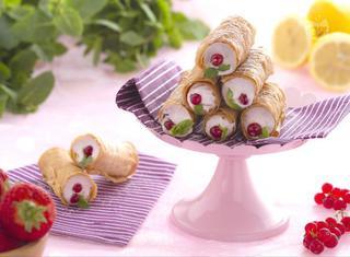 Come preparare i cannoli di pasta fillo con meringa ai frutti rossi