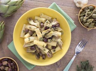 Rigatoni con carciofi, olive e capperi