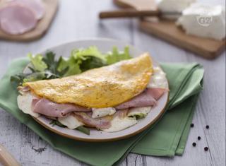Come preparare una omelette con stracchino e prosciutto cotto