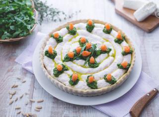 Torta salata al salmone, caprino e pesto di rucola