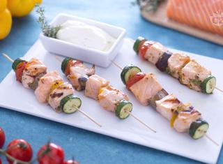 Shish kebab di salmone con salsa yogurt