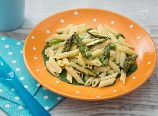 Mini penne con baffi di asparagi e crema di spinaci