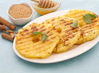Come preparare l'ananas alla piastra con miele e cannella