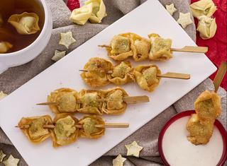 Spiedini di tortellini fritti con salsa alla panna e parmigiano