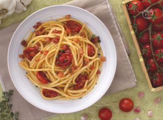 Come preparare i bucatini con pomodorini confit e cubetti di pancetta