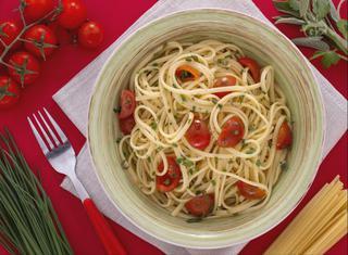 Linguine con erbe miste, pomodorini e olio piccante