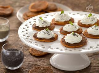 Ricetta: pancakes salati al pomodoro e basilico