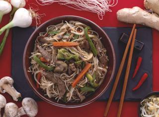 Ricetta: spaghetti di riso con carne e verdure