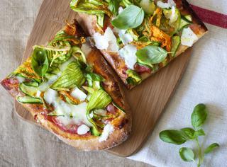 Pizza di Kamut ® con fiori di zucchine e pecorino