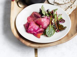 Insalata di salmone affumicato alla barbabietola noci e panna acida
