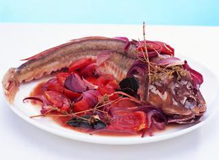 Ricetta: gallinella all'acqua pazza con cipolle rosse
