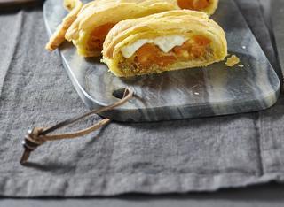 Treccia di sfoglia con paté di olive verdi e zucca