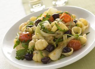 Conchiglie con cipollotti, pomodorini, rucola e olive