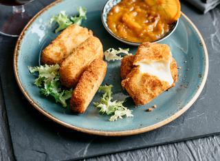 Crocchette di fontina con pane briosciato e confettura di cachi