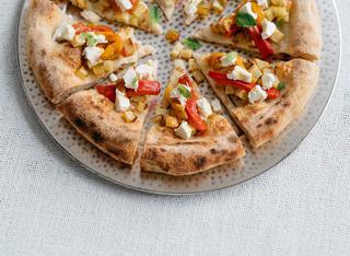 Pizza con peperoni arrostiti, patate e robiola