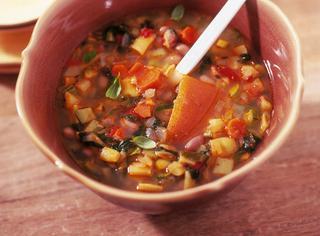 Minestrone ricco di verdure e fagioli