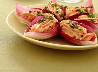Mousse di salmone su foglie rosse