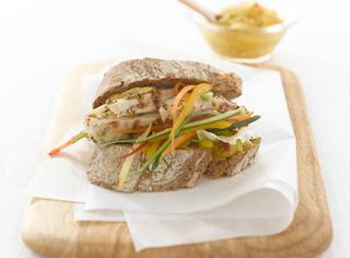 Il panino con verdure al curry e pollo