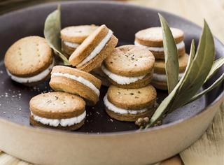 Biscottini salati con crema di robiola