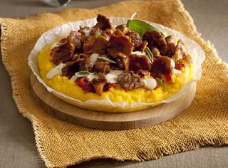 Pizza di polenta con finferli e salsiccia