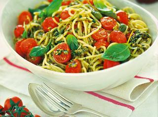 Spaghetti con pomodorini e pesto all'eoliana