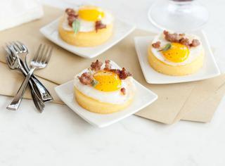 Dischetti gialli con uova di quaglia
