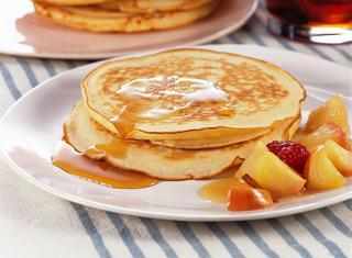 Pancake con sciroppo d'acero e frutta fresca