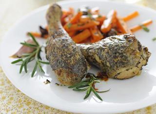 Fusi di pollo aromatici con carote alle olive