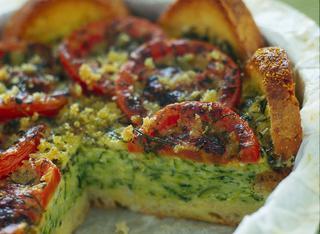Torta di pane, pomodori e zucchine
