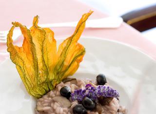 Ricetta: risotto con funghi porcini e mirtilli in fiore di zucca