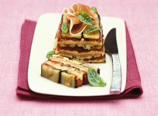 Parmigiana di zucchine con mozzarella e basilico
