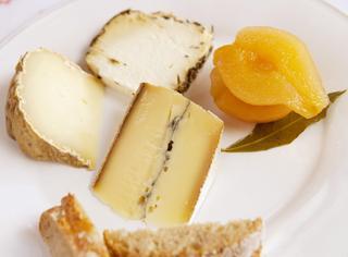 Pere sott'aceto con formaggi