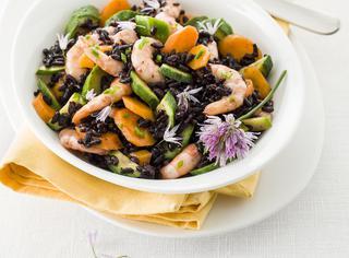 Insalata di riso Venere gamberetti, zucchine, carote