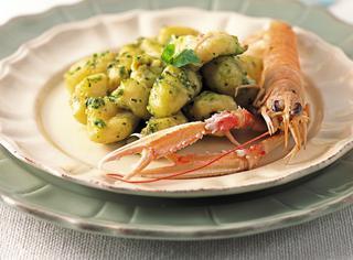 Gnocchi di patate con pesto e dadolata di scampi